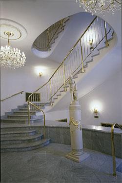 Interiér divadla - socha a schodiště