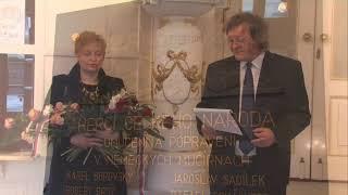Pietní akt u pamětní desky ve foyeru divadla 10. 5. 2015, při kterém byla uctěna památka českých herců popravených během II. světové války.  Slezské divadlo Opava.